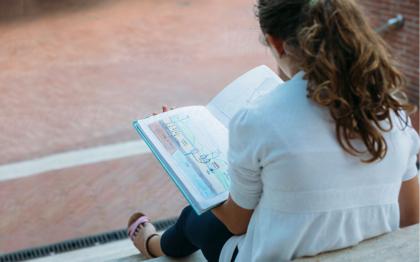 Ragazza con gli amici durante la lettura